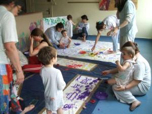 Atelier peinture à la crèche les Piousous au Chambon-sur-Lignon